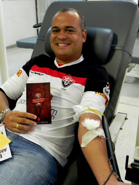 people-donating-blood-to-restore-jersey-red-stripes-for-brazillian-football-club-ec-vitoria-3.jpg