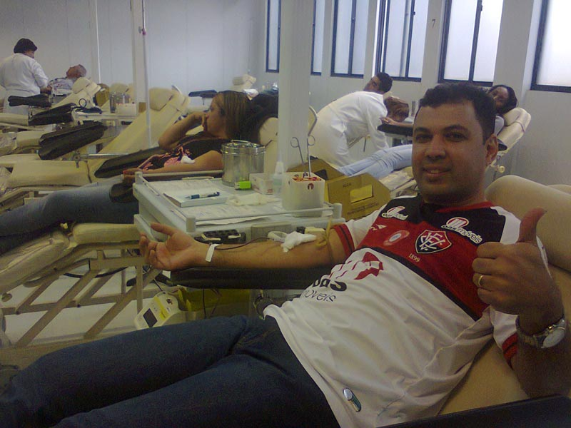 people-donating-blood-to-restore-jersey-red-stripes-for-brazillian-football-club-ec-vitoria-2.jpg